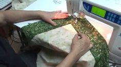 Técnica de costura surpreendentemente fácil de ser feita, o canto mitrado tem um resultado incrível em qualquer peça, como nessa toalhinha de mesa natalina. ...