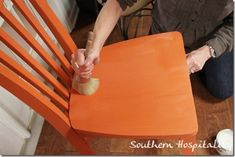 The secret trick to using Annie Sloan waxes on chalk paint - via Southern Hospitality// I want to paint my chairs this color love it Annie Sloan Chalk Paint And Wax, Annie Sloan Wax, Chalk Paint Wax, Chalk Paint Projects, Annie Sloan Paints, Paint Stain, Chalk Paint Furniture, Furniture Projects, Furniture Makeover