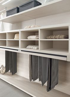 Shelves, boards and racks, the perfect closet Dressing Room Closet, Wardrobe Closet, Closet Bedroom, Walk In Closet, Closet Space, Dressing Rooms, Built In Furniture, Furniture Design, Interior Exterior