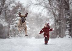 Домашний любимец и мальчик довольные от счастья.