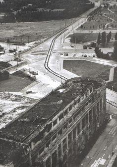 Berlin, Mauer am Potsdamer Platz mit der Ruinedes Haus Vaterland auf der Westseite, 1962. Fotograf unbekannt.