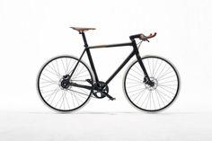 """Die Luxusmarke Hermès wechselt vom Reitsattel zum Stadtpferd - mit dem """"Le Flâneur sportif"""" bringt Hermès ein Fahrrad heraus, das ein echter sportlicher Hingucker ist."""