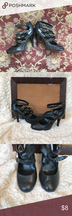 Steve Madden strappy black heels •Black leather Steve Madden heels, size 8.5, with straps and gold accents 👑👑 •Nothing is sassier than a good strappy heel! These are adorable with moto denim, maxi dresses, mom jeans- just about anything! 💁 •Some wear on the toes and straps, as pictured Steve Madden Shoes Heels