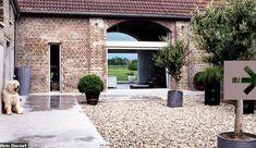 Née d'une ferme traditionnelle de la campagne lilloise, cette maison a pris des allures résolument modernes avec un intérieur très déco et design...