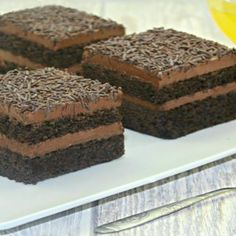 Prajitura Brigadeiro adygio kitchen Chocolate Pastry, Chocolate Recipes, Chocolate Cake, Cake Recipes, Dessert Recipes, Desserts, Pastry Cake, Food Cakes, Ice Cream Recipes