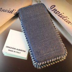 Realizzata in jeans e impreziosita da cuciture in cotone realizzate a mano,la custodia Invidia è perfetta per proteggere l'iPhone 5/5s da urti e graffi.