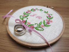 Romantisches, frühlingshaftes Ringkissen im Vintagestil! Ein mit naturfarbenem Leinen bezogener Stickrahmen bestickt mit einem süßen Blumenkranz! In der Mitte können eure Initialen eingestickt...