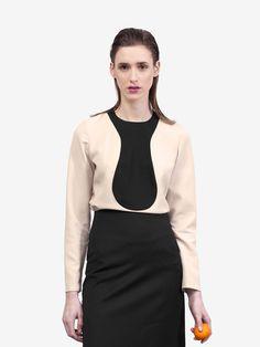 Beige and black bib top - Designed by By Brown Deze prachtige blouse is gemaakt van fijne wol met een rits sluiting midden achter.