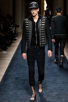 The Balmain Spring-Summer 2016 menswear collection signed by the French label's creative director Olivier Rousteing was presented during Paris Fashion Week and Fashion Week Paris, Fashion Show, Mens Fashion, Fashion Design, Fashion Trends, Fashion Menswear, Mode Man, Balmain Men, Balmain Jacket