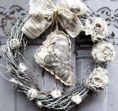 Arytmie nostalgie Nostalgický věneček, látkové květiny, korálky, atypické srdíčko s nostalgickým potiskem.., průměr cca 28 cm.