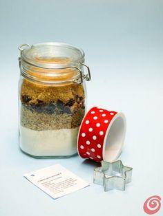 un regalo di Natale fai da te facile da realizzare, il vasetto con gli ingredienti per i biscotti