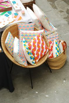 A great article on how to get peeps into your booth at a market. Displays – how to draw customers in « handmademakersmarket