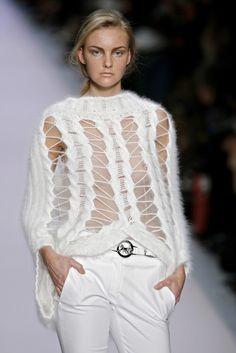 Céline at Paris Fashion Week Spring 2007 - Runway Photos Fashion Week, Look Fashion, Paris Fashion, Fashion Outfits, Fashion Design, Knitwear Fashion, Crochet Fashion, Style Feminin, Knit Art