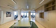 Zitgedeelte bij de NS met de kleur groen in combinatie met klassiek hout en designvol plafond