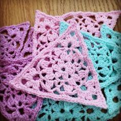 När jag la upp bilder på de trianglar i spets jag gjort var det flera som önskade ett mönster på svenska. Jag tog kontakt med Sandra Paul, som driver bloggen oc