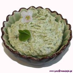 Waldklee-Butter - Rezept  die Waldkleebutter wird mit frisch gepflücktem Waldsauerklee gemacht vegetarisch glutenfrei