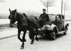 Pendant la seconde guerre mondiale, aux Pays-Bas, La Haye, le 14 mai 1941.    Au cours de l'occupation allemande, les Pays-Bas (comme beaucoup de nations) ont utilisé des véhicules sans carburant en raison de la pénurie.    Sur cette image, c'est une Ford V qui est tiré par un cheval.    La place occupée habituellement par le moteur (ici démonté) est maintenant utilisé pour le siège du conducteur...