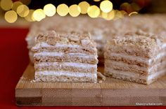 Prăjitura Medovik cu foi cu miere și cremă de smântână   Savori Urbane Krispie Treats, Rice Krispies, Creme Caramel, Biscuits, Sweet Tooth, Desserts, Recipes, Food, Crack Crackers