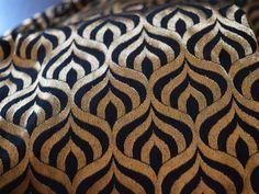 Black and Gold Silk Brocade Fabric Motive von Indianlacesandfabric