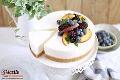 Una cheesecake senza cottura allo yogurt perfetta per la stagione estiva ricca di sfumature piacevolmente acide e dolci.