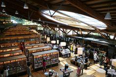 1階はTSUTAYAとスタバが入っています。「代官山蔦屋書店」がお手本だそうです。図書館の蔵書は20万冊。日本国籍があるひとなら、身分証明証の提示で図書館カードが作れ、貸し出しを受けることができます。