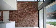 Piedra marrón rojiza con tonalidades tierra. Consigue un aspecto elegante y luminoso tanto en interior como en exterior.