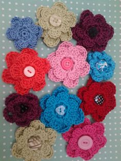 Crocheted flower brooches in cotton yarn with buttons.