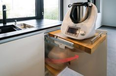 Küche Weiß Hochglanz mit Granit Platte und Thermomix Auszug