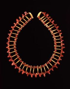 Columbia | Necklace with claw shaped beads |  Gold alloy | Zenú,  200BC–AD1000. ||  © Museo del Oro – Banco de la República, Colombia.