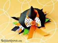 Minichapéu de bruxa pode decorar tiras ou outras peças (Foto: theribbonretreat.com)