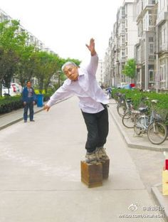 Zhang Fuxin has developed his own walking technique which allows him to lift the 405 kg heavy shoes off the ground....