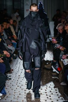 Takahiromiyashita The Soloist deconstructed winter-wear and bore the legs for men in their unusual Fall 2019 Menswear show during Paris Men's Fashion Week! Nomad Fashion, Space Fashion, Dark Fashion, Urban Fashion, Fashion Design, Fashion Menswear, Gothic Fashion, Fashion Week Paris, Mens Fashion Week