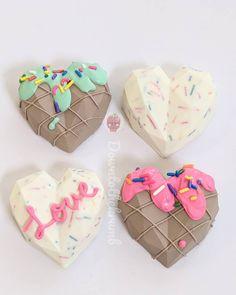 Paletas Chocolate, Chocolate Pinata, Chocolate Molds, Chocolate Covered Treats, Chocolate Dipped Strawberries, Cake Pop Decorating, Pinata Cake, Heart Cakes, Geometric Heart