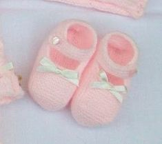 ZAPATITO ROSA DE PRIMERA POSTURA Material Lana color rosa especial bebés Agujas de punto del nº 2 15 cm de cinta de raso es... Baby Cardigan Knitting Pattern, Knitting Patterns, Knitting For Kids, Baby Knitting, Bebe Baby, Knit Boots, Crochet Baby Shoes, Baby Boots, Baby Wearing
