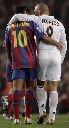 Ronaldinho of Barcelona and Ronaldo of Real Madrid embrace during a soccer match. Football Icon, Best Football Players, Football Is Life, World Football, Soccer World, Sport Football, Soccer Players, American Football, Football Mondial