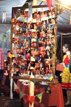 Decoração de festa junina: varal de fotos. Fotos de festas anteriores em Arraiá Dom Freitas!