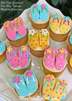 Learn how to make these CUTE and easy Flip Flop cupcakes in this free step by step cupcake tutorial! Cupcakes Design, Beach Cupcakes, Yummy Cupcakes, Strawberry Cupcakes, Cupcake Wars, Cupcake Cookies, Cupcake Toppers, Cake Decorating Videos, Cookie Decorating