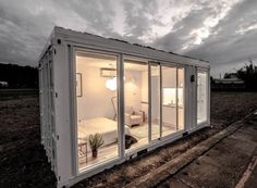 Off-grid domek z jednoho kontejneru Container Home Designs, Shipping Container Design, Container Shop, Storage Container Homes, House Gate Design, Roof Design, Tiny House Design, Container Buildings, Container Architecture