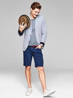 Algo tan simple como emparejar un blazer de rayas verticales gris con unos pantalones cortos vaqueros azul marino puede distinguirte de la multitud. Haz este look más informal con zapatillas plimsoll blancas.