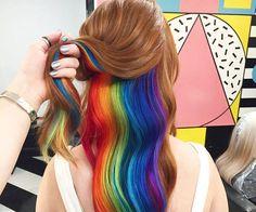 Han habido un montón de tendencias para el cabello en estos últimos años. Algunas de nosotras son tímidas para estos tipos de peinados atrevidos o simplemente tienenun trabajo que no se los permite. Si eres una de esas personas, te encantará este pelo arco iris oculto que sin duda se convertiráen la próxima gran tendencia …