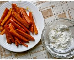 Mrkvové hranolky s cesnakovým dipom Polish Recipes, Russian Recipes, Vegetable Recipes, Carrots, Fries, Snacks, Vegetables, Food, Appetizers