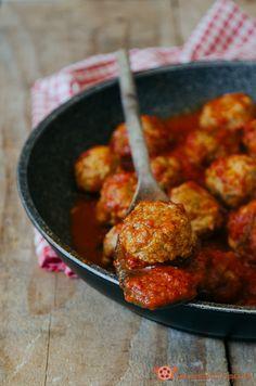 Meatball - Polpette al sugo un secondo piatto tradizionale della domenica. Buone, morbide e profumate, conquisteranno proprio tutti, grandi e piccini.