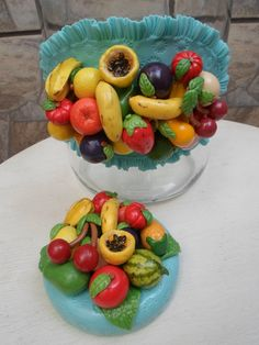 Pote de vidro com aplicação de frutinhas modeladas à mão em biscuit. <br>O modelo do vidro é de palmito com a boca estreita medindo 7,5 cm. A tampa é de plástico modelo de rosca.