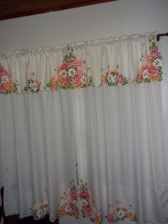 Rosas e margaridas Diy And Crafts, Arts And Crafts, Painted Clothes, Felt Applique, Diy Curtains, House Roof, Step By Step Drawing, Fabric Painting, Hand Embroidery