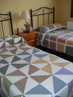 Patchwork quilt squares layer cakes New Ideas Patchwork Cushion, Patchwork Fabric, Big Block Quilts, Quilt Blocks, Quilting Projects, Quilting Designs, Gingham Quilt, Layer Cake Quilts, Layer Cakes