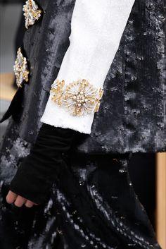 Guarda la sfilata di moda Chanel a Parigi e scopri la collezione di abiti e accessori per la stagione Alta Moda Autunno-Inverno 2016-17.