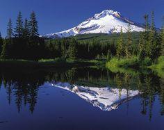 Monte Hood refletido no Lago Mirror, no Oregon, USA. Road Trip Usa, Oregon Road Trip, Oregon Trail, Winter Camping, Go Camping, Outdoor Camping, Camping Outdoors, Camping Cabins, Camping Trailers