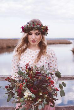 Boho Braut: Brautstrauß und Flowercrown in Magenta, Marsala und Beerentönen und mit viel Eucalyptus. (Blumen: @wildflowerstgt / Foto: @AnaFeh)