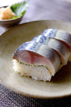 "sasaq: ""鯖寿司〜Pressed mackerel sushi〜 ころころに肥えた鯖が市場で600円だったので棒寿司を作った。600円で2本出来るのは嬉しい。 (by lotus-aki) "" Sushi Recipes, New Recipes, Dessert Recipes, Cooking Recipes, Temari Sushi, Sushi Donuts, Sushi Burger, Food Presentation, Tasty Dishes"
