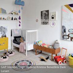 Ein besonderer Hingucker in diesem Kinderzimmer ist das Leinwandbild mit Hundemotiv. Sorgfältig ausgewählte Dekoelemente und Vintage-Möbel verleihen dem Raum …